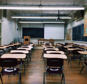 classroom 2093743 1920 303x295 - Unia Europejska dofinansuje adaptacyjną kampanię edukacyjno-promocyjną w Polsce – powstanie baza wiedzy o zmianach klimatu