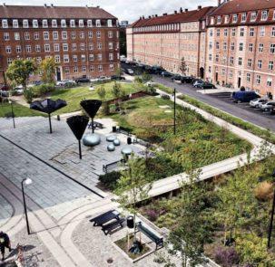 fot Tasinge Square www publicspace org 2 303x295 - Duńczycy budują parki, które ograniczają skutki zmian klimatu