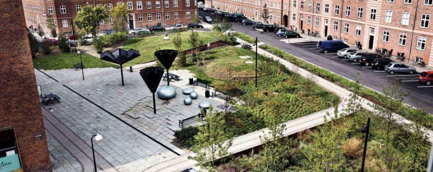 fot Tasinge Square www publicspace org 2 892x356 - Duńczycy budują parki, które ograniczają skutki zmian klimatu